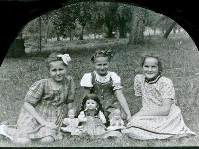 """Zwei """"Wienerkinder"""" mit ihrer Freundin aus Hörbranz (rechts) im Jahre 1951."""