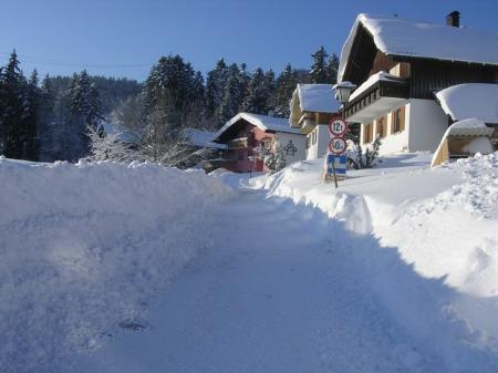Ungewohnte Schneewände in Buch