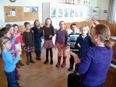 Die kleinen Sänger freuen sich auf ihren großen Auftritt.
