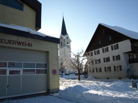 """Für das nicht mehr zeitgemäße Feuerwehrgerätehaus in Hohenweiler wird als Alternative das """"Linder-Areal"""" (rechts) geprüft."""