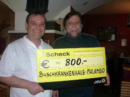 Gerhard Heinzle und Reini Berktold übergaben den Scheck an die Buschambulanz.