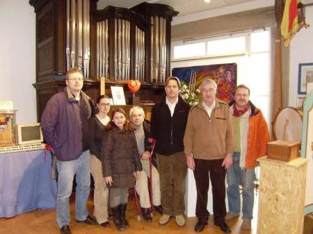 Hans Nadler überzeugte sich mit seiner Familie selbst, wie gut sein Archiv in Waldkirch aufgehoben ist.