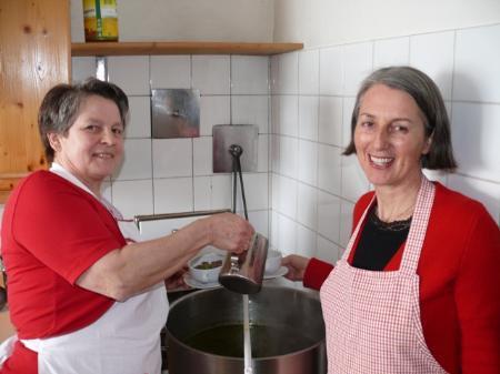 Isolde Natter (l.) und Christine Wetzel versorgten die Gäste mit Suppe.
