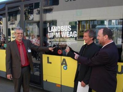 """Christian Österle (l.) mit Bürgermeister Josef Mathis und Sigi Burtscher freuen sich über """"Landbus ufm Weag""""."""