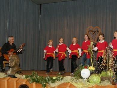 Direktor und Schülerinnen der VS Müselbach begeisterten mit Kneipp-Liedern.