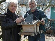Eugen Oberheller (l.) und Luis Reichmann kümmern sich um die Vogelhäuschen in Bregenz.