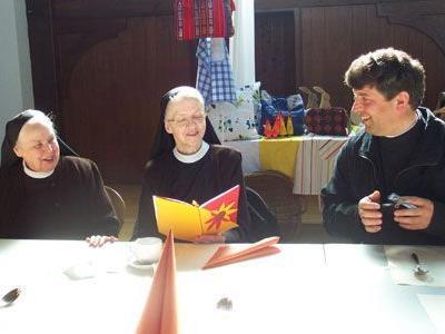Gaißauer Schwestern mit Pfarrer Mihai Horvat.