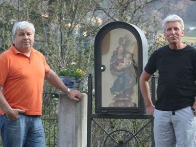 Klostervater Richard Fritz (l.) und Pater Engelbert im Klostergarten.