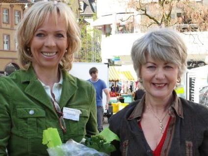 Annelies Bleil verteilte mit Schirmherrin Ilga Sausgruber Blumen.