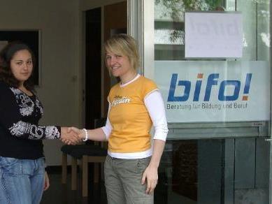 BU: Elisabeth Schwarzmann (r.) begrüßt die erste Besucherin.