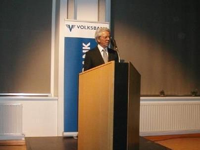Prof. Hubert Allgäuer stellt dem interessierten Publikum sein Vorarlberger Mundartwörterbuch in seinem Vortrag persönlich vor.