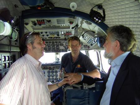 Techniker Don mit Messemachern Berthold Porath und Reinhard Kloser in der DC 6.