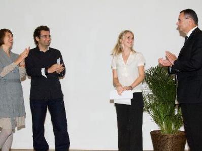 Die GewinnerInnen Agnieszka Piwowarska, Michael Stavaric und Susanne Gregor nehmen den Preis von Kulturstadtrat Günter Linder entgegen (v.l.)