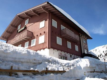 """Hinter hohen Schneewänden buchstäblich """"auf Eis"""" liegt wegen Wassermangels das Neubauprojekt für den """"Biberkopf""""."""