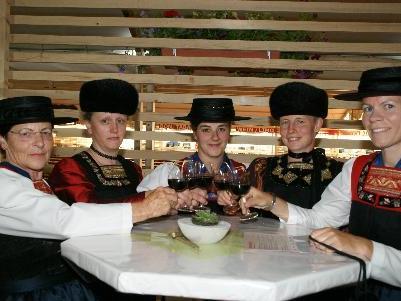 Irmgard, Ingeborg, Renate, Andrea und Andrea eröffneten den Abend in der Weinlaube.
