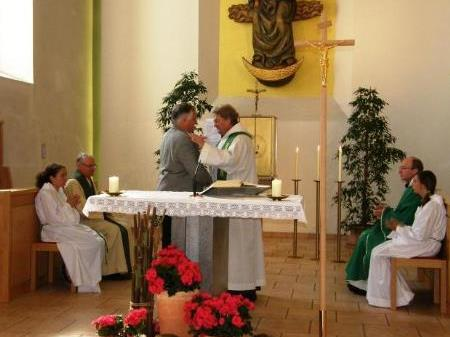 Klostervater Heinz Seeburger übergibt Pater Wenzeslaus das Geschenk der Heiliglandreise.