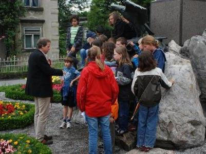 Norbert Schnetzer und die Kinder beim Denkmal.