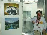 Bild: Der Clini-Clown lädt zur Ausstellung von Mary Rieger und Christa Passenegg im LKH ein.