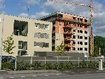 Bild: Der Wohnpark Gisingen, links der viergeschossige bereits fertig gestellte Bau, rechts der Rohnbau mit sieben Geschossen.