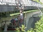 Bild: Ganz versteckt werden die Voraussetzungen für den Kabelbau unter der Nofler Brücke durchgeführt.