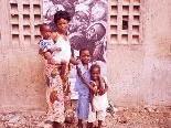 Bild: Im Hintergrund das Bild von Hildegard Unterweger in Afrika.