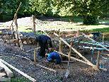 Bild: Noch sind Arbeiter der ABF mit großem Einsatz damit beschäftigt, den Kinderspielplatz fertig zu stellen.