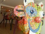 Bild: Rund sechs Meter lang und über zwei Meter hoch ist der Herzenszungenfreche Bär in der Galerie Kunstverein A4.