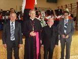 Bischof Elmar Fischer, Bgm. Pius Natter und sein Vize Thomas Bayer gratulieren dem Jubilar.