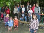 Bürgermeister Rainer Duelli und die Übersaxner Bevölkerung präsentieren stolz ihre Wassertrete.