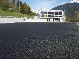 Das neue Mehrzweckgebäude und der Sportplatz in Bartholomäberg