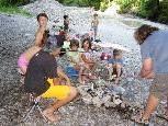 Die Tagesmütter braten mit den Kindern Würstchen am Stecken