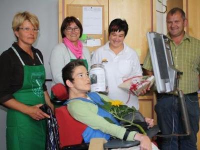 Evi Metzler, Lucia Beck und Melitta Metzler überreichten den Betrag an Werkstättenleiter Gebharde Egender.