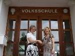 Karin Hentze begrüßt die neue Volksschulchefin (li.) Beate Imhäuser