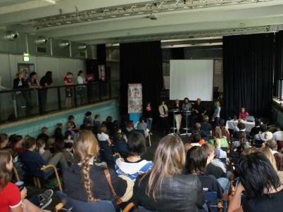 Rund 100 Jugendliche diskutierten angeregt mit den PolitikerInnen.