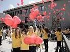 Schule mit Herz: Die Schülerinnen und Schüler der Haupt- und Mittelschule Götzis ließen anläßlich der Eröffnung die Luftballon steigen.  (Copyrigt: Dietmar Mathis)