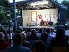 """Viele Zuschauer beim Open Air Theater """"Männerhort"""" im Sulner Volksschulhof."""