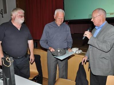 Überreichung der Ehrengaben des Kneipvereins durch Landesleiter Josef Amann und Obmann Heinreich Boll. (Foto: Kneippverein)