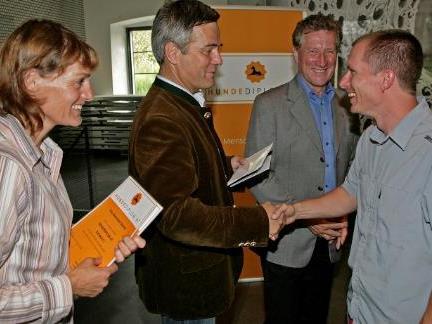 (vlnr) Ruth Hochstätter, Dr. Erik Schmid und Landesrat Erich Schwärzler gratulieren Horst Seethaler zum erfolgreichen Abschluss.