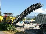 Bild: Die riesige Fräsmaschine trägt die alten Asphaltschichten im Merkur-Kreisverkehr ab.