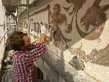 Bild: Ein Restaurator bemüht sich um die Erhaltung der einzigartigen Fassade des Gasthof Lingg in Feldkirch.