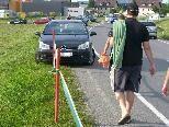 Bild: Mit einem Absperrband wurde das Parken in den Wiesen und Feldern ?verhäfalat?.