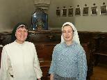 Bild: Priorin Schwester Andrea mit der Novizin im Chorgestühl der Klosterkapelle.