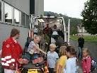 """Auch die Rettung besuchte """"KleinFeldkirch"""" und liess die Kinder alles erkunden"""