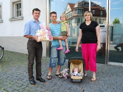 Bgm. Ing. Summer überreicht die Babypakete