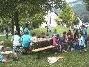 Bild: Die Erwachsenen werden informiert, die Kinder begeistert der Spielbus des Vorarlberger Kinderdorfes.