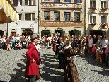 Bild: Die Trachtengruppe der Stadt Feldkirch begeistert in der malerischen Marktgasse.