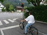 Bild: Dieser Radler ?meldet? sich per Induktionsschleife im Tränkle-Weg zum Queren der L 190 in Feldkirch an.