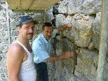 Bild: Fachleute betrachten die Arbeiten an der Westwand der Tostner Burg.