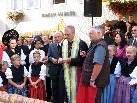 Bischof Elmar segnet Brot und Wein