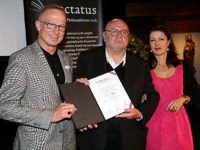 Bürgermeister Ludwig Muxel, Preisträger Dr. Franz Schuh und Laudatorin Univ.-Prof. Dr. Ursula Pia Jauch (v.l.n.r.)